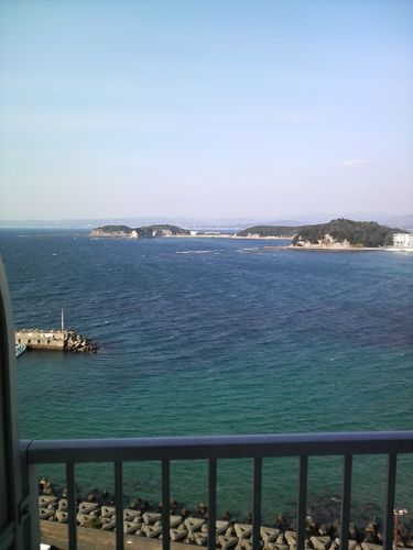 ホテルから見る海 キレイに透き通ったブルー